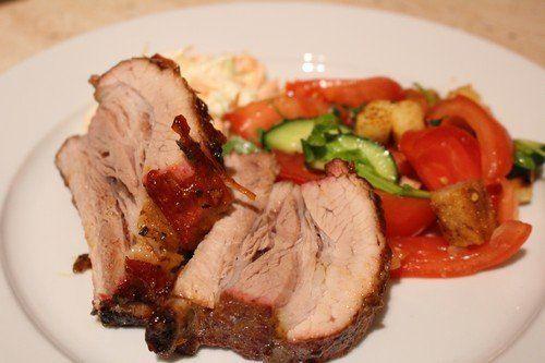 Sertés oldalas grillezése     Az előző posztban leírt pácolást követően a húsok egy napot a hűtőben pihiztek, majd szombaton késő délután elkezdődött a tényleges grillezés, fröccsözés, sörözés - majd a habzsi-dőzsi, az év vacsorája...  ...