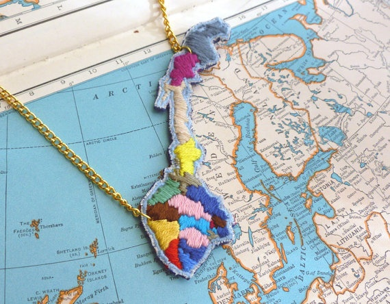 NoruegaNorway Necklaces, Norway Maps, Norway Hands, Maps Necklaces, Hands Embroidered, Necklaces Vikki, Embroidered Norway, Baptiste Martinus, Embroidered Necklaces