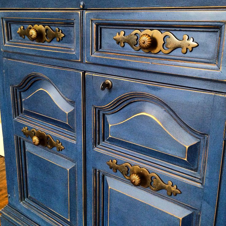 Details! Annie Sloan's Napoleonic blue and clear wax. Little distressing to make it pop! #anniesloan #chalkpaint #nautical