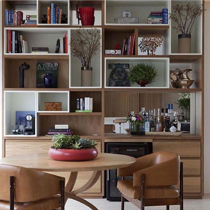 Uma composição charmosa para inspirar a escolha das peças e adornos na hora de arrumar a estante...  {Postada por @decorcarlacantidio}  #estantes