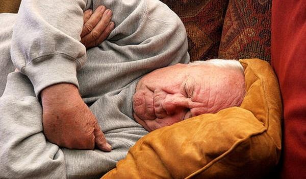 Tulburările de somn şi sufocările în timpul nopţii ocupă locul doi în lume ca probleme medicale. Medicii spun că mulţi pacienţi se plâng de faptul că nu se pot odihni bine iar în unele cazuri, pe timpul nopţii ajung să se sufoce în somn. Asta înseamnă că pot suferi de apnee, o afecţiune care dacă nu este ţinută sub control poate duce la afecţiuni foarte grave, precum atacurile cerebrale sau infarcturile miocardice.