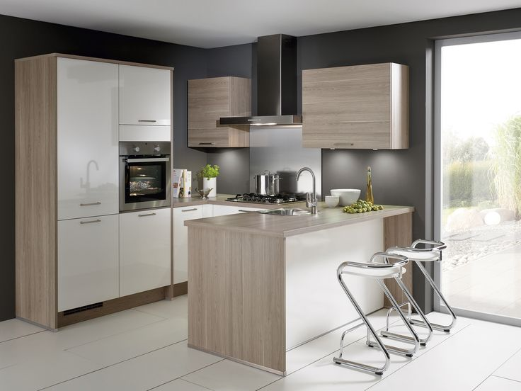 Keuken Gerona wit hoogglans/Roma splinteiken. De u-vorm van deze keuken is een ideale keukenvorm, je hebt alles binnen handbereik. Tevens verhoogd het de veelzijdigheid van je keuken.
