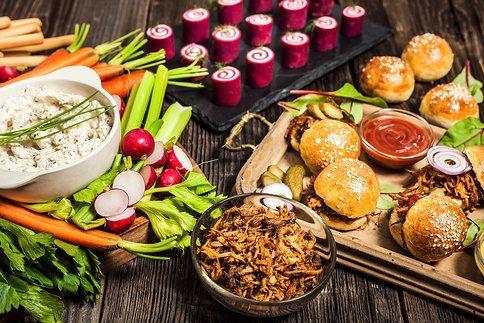 Silvestr originálně: co připravit, abyste hostům vyrazili dech? Za nás rozhodně miniburgery s trhaným vepřovým, růžové rolky s křenem a pikantní cibulový dip!