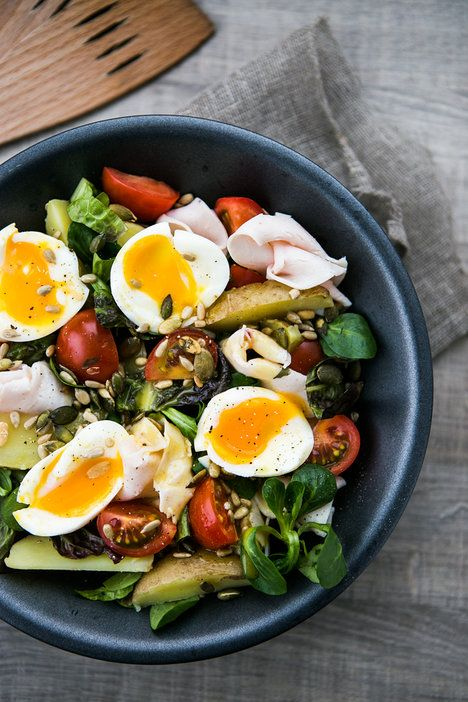 Tento barevný salát obsahuje vše potřebné: vitaminy, bílkoviny i sacharidy. A s medovo-hořčičnou zálivkou navíc skvěle chutná!; Jakub Jurdič