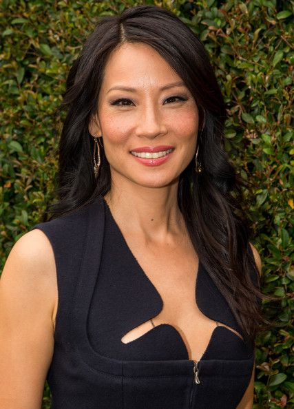 Lucy Liu Long Wavy Cut - Lucy Liu lightly side-parted her dark wavy hair to create this gorgeous look.