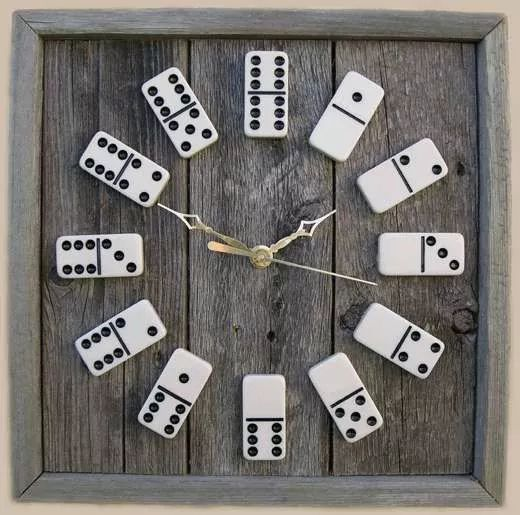Reloj de pared con fichas de dominó viejo