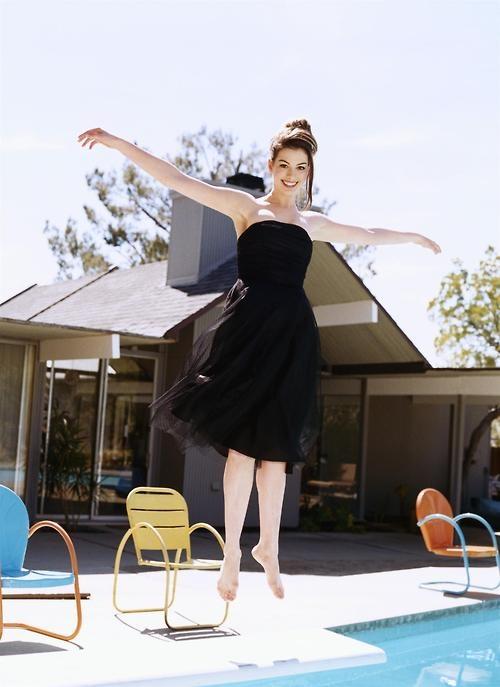 A Anne Hathaway é tão fantástica que até voa! (Clique na imagem para ver mais fotos da atriz)