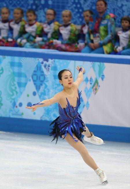 ソチ五輪フィギュアスケート女子フリーでトリプルアクセルを着氷する浅田真央=2014年2月20日、ロシア・ソチ【時事通信社】