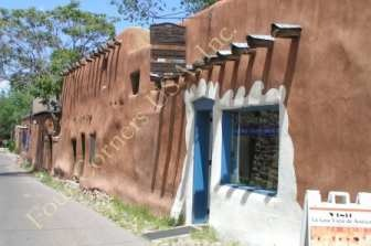 """La Casa Vieja de Analco  """"The Oldest House in the USA""""  An 800 year old home, later inhabited by  Tlaxcaltecan Indians  who came to Santa Fe with the  Spanish Conquistadors and helped  construct San Miguel Mission."""