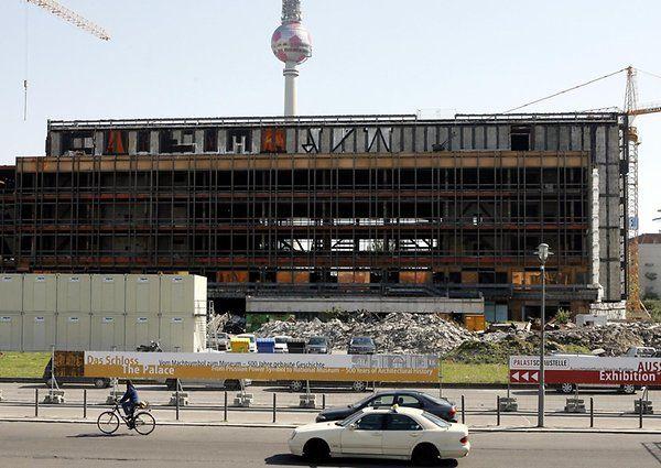 Blick auf die Ruine des Palastes der Republik am Mittwoch (10.05.2006) in Berlin. Die endgültige Entscheidung zum Abriss des Gebäudes, in dem bis zur politischen Wende auch die DDR-Volkskammer ihren Sitz hatte, fiel im Bundestag zu Jahresbeginn 2006. Zuvor war das völlig entkernte Bauwerk noch für verschiedene kulturelle Projekte und touristische Führungen genutzt worden.