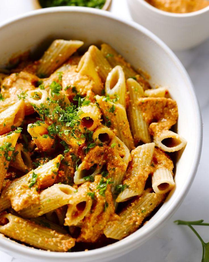 Een lekkere lichte vegetarische pasta met een originele pesto van geroosterde paprika, peterselie en cashewnoten. Een penne om mee te scoren!