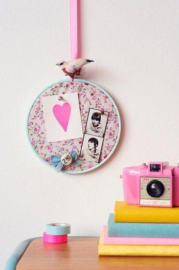 刺繍枠の布部分にカードや写真をピンで留めて。コルクボードのような、かわいい使い方。