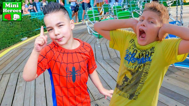 Маленький Человек Паук в Парке Аттракционов летает на Большой Карусели  ...