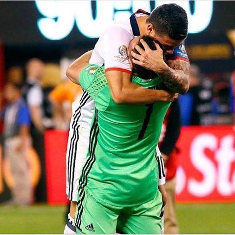 abrazo de james a david ospina luego de pasar a semifinales de la copa america centenario