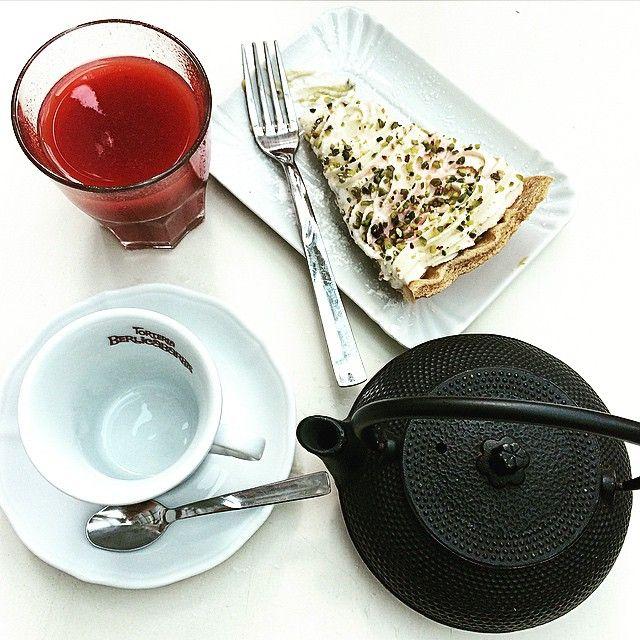 Torta cioccolato bianco e pistacchi, succo di fragola e thé.