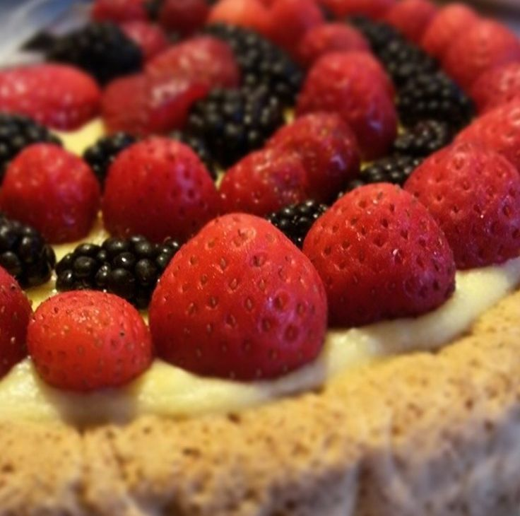 Cake w/strawberries and blackbarries!