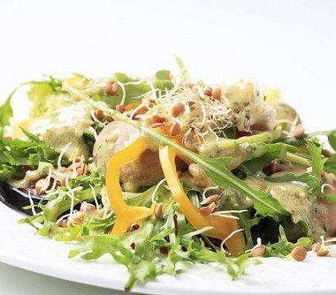 Теплый грибной салат в соусе из маскарпоне с рукколой