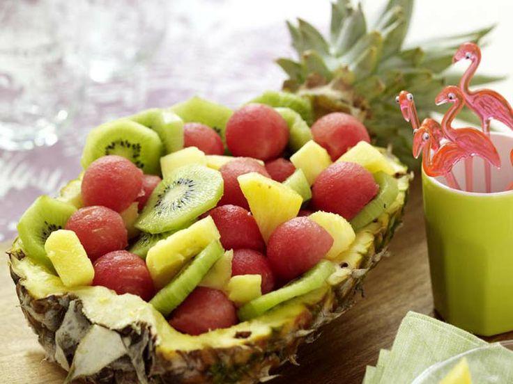 Sommerliche Tischdekoration zum Selbermachen - 1002094-Ananas-mit-Obstsalat-800-60012