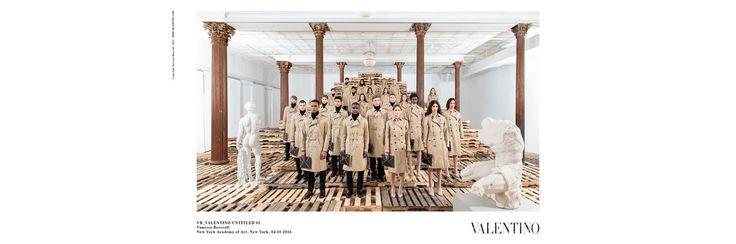 Après les shows Yeezy et Tod's, l'artiste Vanessa Beecroft imagine une performance pour 'Rockstud Untitled', la collection capsule Valentino. 12 pièces unisexes tout en sobriété portées par 25 hommes et femmes dans une série de photographies et de vidéos artistiques. À découvrir dans la boutique de l'avenue Montaigne dès aujourd'hui.