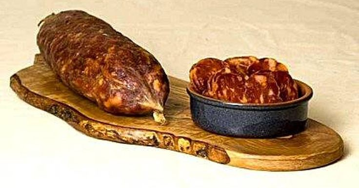 Cómo preparar salami supressata. Supressata Salami, también conocida como Supersata, es una carne madurada de origen italiano. Su aspecto se reconoce por ser plana y medir un pie de ancho por varios de largo. Puede ser redonda pero el nombre se refiere a la conocida costumbre de presionarla con un objeto muy pesado durante el proceso de curado. Es un salami popular pero no del ...