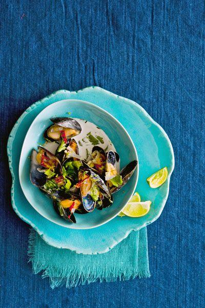 Vissaus, citroengras, basilicum en koriander geven de mosselen een lekkere dosis pit. Met kokosmelk als milde basis.