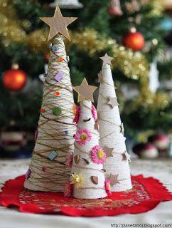 Ozdobne choineczki wykonane z papieru, bawełnianego sznurka, włóczki, tektury i różnych ozdób
