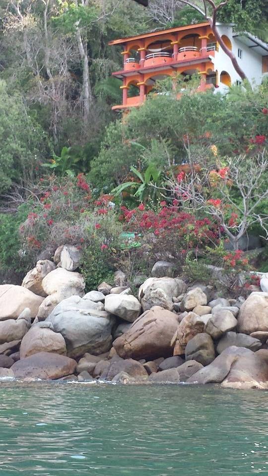 Los Mejores lugares del mundo para vacacionar  #Yelapa es considerado el mejor lugar para vacacionar en México, es una playa con un encanto muy especial, la forma mas rápida para llegar es en lancha saliendo de #PuertoVallarta..Necesitas mas Informacion visita www.vallartatravelrewards.com , mandanos un correo a vallartarewards@gmail.com , llamanos al 3221252421si es larga distancia marca con 045 al inicio. Envianos un whatssApp