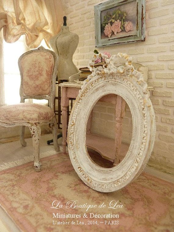 French oval frame with node eighteenth, Country chic, white Shabby, Decorative accessory for miniature house in 1/12 scale