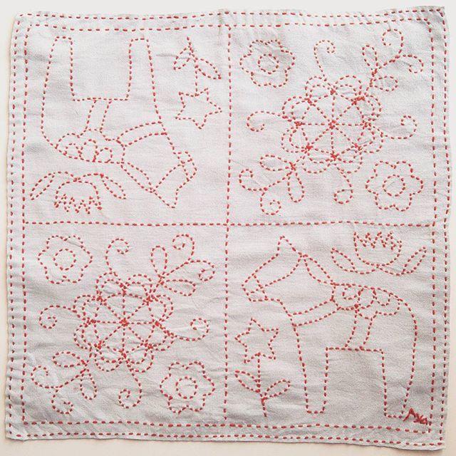 刺し子114 花ふきん ダーラナホース 糸はユザワヤ 布はアトリエkazuの薄グレーに染まった布に主婦と生活社「刺し子のふきん」から図案を使わせていただきました。この本は、図案を2倍にコピーしてチャコペーハーとルレットで布に写すので、布に線をひくのが苦手な私でもちゃんとあまり歪まずに刺せました🙌 #ダーラナホース #刺し子 #sashiko  #mysashikoこれくしょん