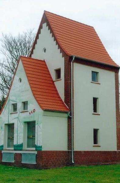 Schmales Haus mit Fassadenbild Windpark. Steildacheindeckung durch den Dachdeckerbetrieb Helmut Starke in Bitterfeld-Wolfen (06766) | Dachdecker.com