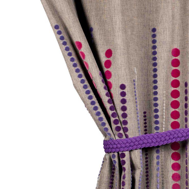 Avec ses disques colorés en velours doux et soyeux qui apportent relief et un esprit graphique, ce rideau à oeillets devient résolument un rideau design emprunt de luxe. Existe en plusieurs dimensions et en plusieurs coloris. Hauteur ajustable, livré avec sa bande thermocollante. Ce rideau design est Facile d'entretien. Coussins assortis.