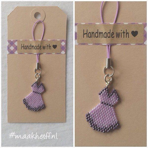 Hanger/charm Little Dress. Gemaakt van Miyuki delicas. Prijs: 3,50 (excl. verzending) VERKOCHT (kan op verzoek nog gemaakt, ook in andere kleuren) #hanger #charm #kralen #beads #miyukidelicas #jurkje #handmade #maakhetff_verkoopt #instagramkoopjeshoek