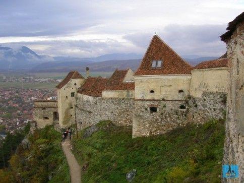 Impresionanta Cetate Râşnov şi oraşul Râşnov în partea stângă