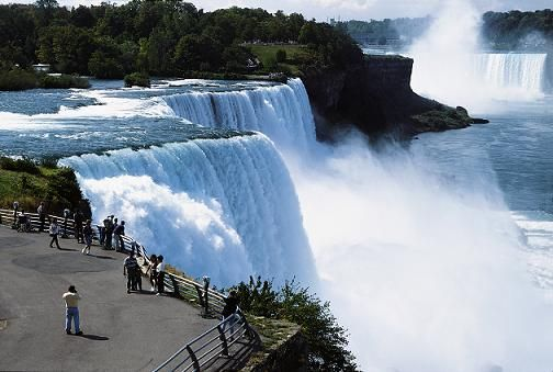 Cataratas Niagara, localizadas no rio Niágara, no leste da América do Norte, entre os lagos Erie e Ontário, na fronteira entre o estado norte-americano de Nova Iorque e da província canadense de Ontário