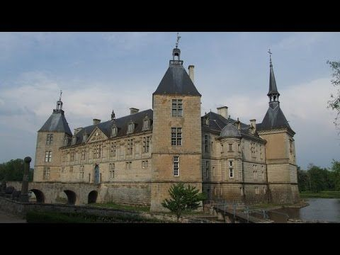 Pourquoi chercher plus loin - Châteaux de Bourgogne, La Bourgogne est une région de France parsemée de châteaux. Ils sont nombreux et diversifiés : châteaux forts, châteaux Renaissance, palais, domaines viticoles. Notre découverte nous emmène au Sud de la Bourgogne, au Château de Sully chez la duchesse de Magenta, au Château de Cormatin, au Château de Pontus de Tyard à Bissy-sur-Fley et au Château d'Ozenay classé récemment par les monuments historiques....