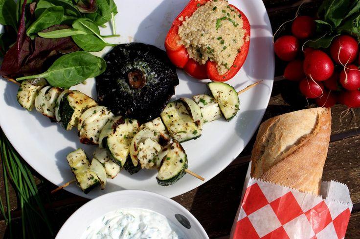 Vegetarische bbq recept: paprika gevuld met quinoa, groentenbrochette, portobello's, en tzatziki