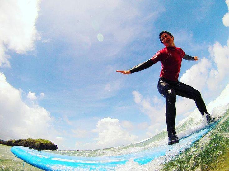 サーフシーズン真っ盛り 沖縄本島西海岸ではただいま波乗りシーズン真っ盛りです 冬の季節風のおかげで波がある日が多くなっています  #沖縄#恩納村#サーフィン#okinawa#マリンスポーツ#ダイビング#シュノーケル#ムーンビーチ#モントレー#タイガービーチ#ルネッサンス#サーフィンスクール#青の洞窟#遊泳#onnason #instagood #vacances #年末年始#お正月