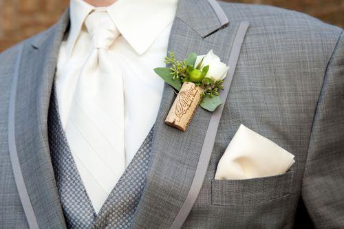 Elegant and rustic corck boutonniere   Green grape and white flowers   fiore all'occhiello di sughero elegante e rustico   Uva verde e fiori bianchi   http://theproposalwedding.blogspot.it/