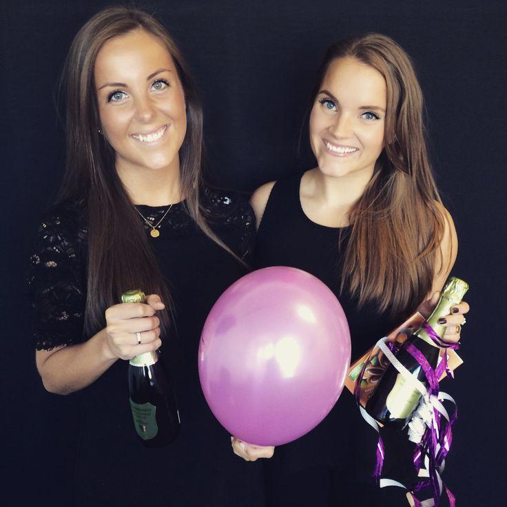 Hanna og Camilla har bursdag 2.oktober, og det feires :D #birthdaygirls #birthdaybeauty #beautifulgirls #balloon #champagne #brunettes