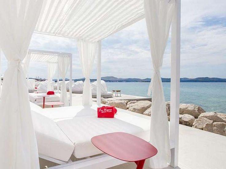 Beach Hotel Niko  Algemeen  Solaris Beach Resort is een zeer uitgestrekt en levendig vakantiepark. Het bestaat uit o.a. 5 hotels een camping en appartementen. Het Beach Hotel Niko ligt direct aan zee en wordt omringd door mediterrane vegetatie. De afstand naar het strand is slechts ca. 50 m het centrum van Šibenik bevindt zich op ca. 6 km. Rondom het resort loopt een 45 km lang strand met rotsen kiezel- en zandgedeelte met bars kinderspeelplaatsen ligstoelverhuur.  Rondom het resort loopt…