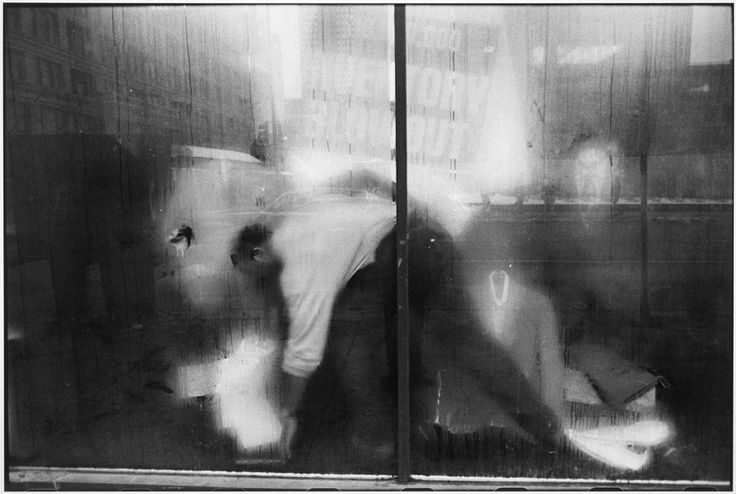 Man behind a store window, Chicago 1990. Tirage gélatino-argentique moderne 27,9 x 35,3 cm N°1/15 ©Tom Arndt/Courtesy Les Douches La Galerie