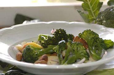 Broccoli och äppelsallad