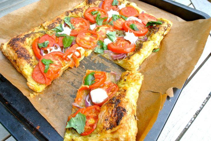 Plaattaart met mozzarella en tomaat. Kan je eventueel ook in kleine stukjes snijden en serveren als borrelhapje