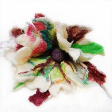 Big Bianco broszka Duży Kwiat filcowany z wysokogatunkowej wełny merynos, ozdobiony filcowana kulką.   www.KuferArt.pl