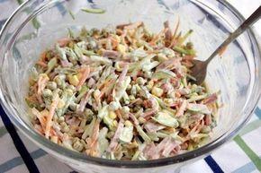 Вот новый салатик. И то, ничего варить не надо, все порезал и готово! Ингредиенты (всего по вкусу: Сырая морковь. Колбаса. Маринованные огурцы. Консервированный зеленый горошек. Консервированная кукур...