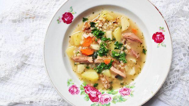 Při pohledu na tuto polévku se nám vybaví hned několik věcí: víkend, chata, porce poctivé domácí polévky a posezení u stolu s rodinou. Dali byste si? :)