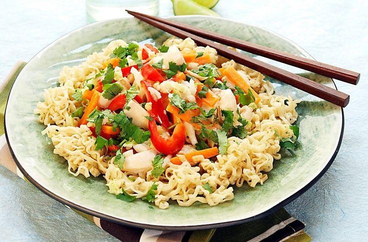 Fargerik kyllingwok med grønnsaker som kinakål, paprika og gulrot. Smaksatt med ingefær, hvitløk og kokosmelk.