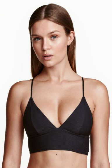 Bikini top: Fully lined bikini top with narrow adjustable shoulder straps that can be fastened in various ways at the back, removable inserts and no fasteners.