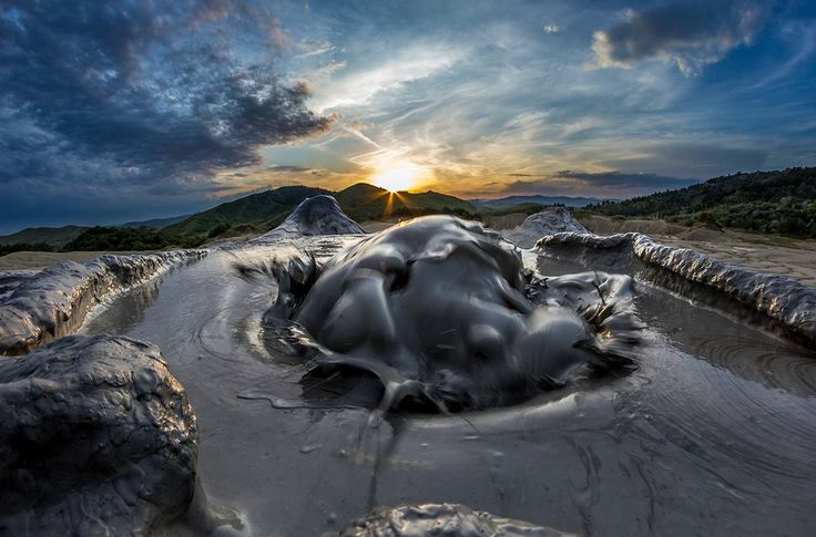 """Vulcanii Noroioși de la Pâclele Mici Obiectivul turistic se află în județul Buzău (comuna Berca) la o altitudine de circa 341m. Vulcanii Noroioși sunt un loc unic în lume care, din nefericre, nu este promovat la potențialul lui adevărat. Accesul se face urmând indicatoarele de la intrarea în comuna Berca, pe un drum accesibil, dar deloc """"impresionant"""". La poalele Vulcanilor se află o parcare cu un mic restaurant și câteva tarabe, unde expozanții își vând produsele."""