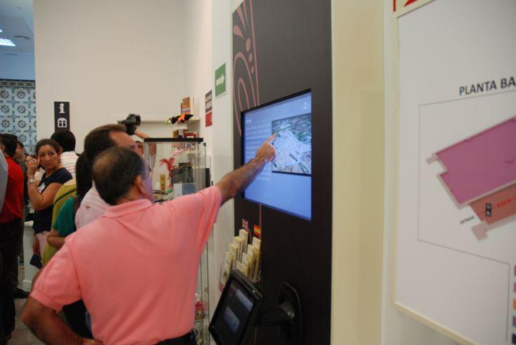 El propio alcalde muestra una de las pantallas multimedia